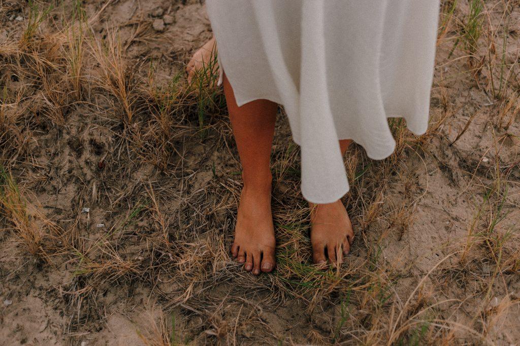 détente pieds nus terre